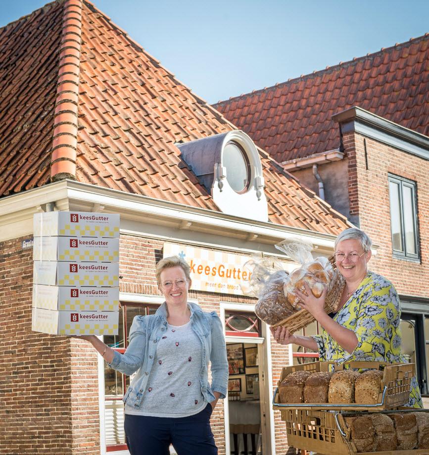 Greetje en Els voor de winkel aan het Zuideinde in Monnickendam